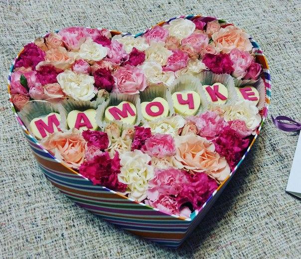 цветы и макаруны в городке сердце