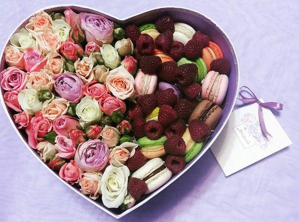 цветы и макаруны сердце