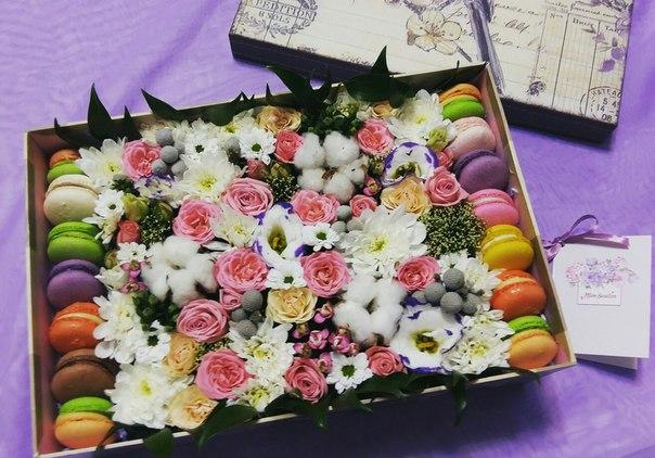 красивые цветы и макаруны в коробочке