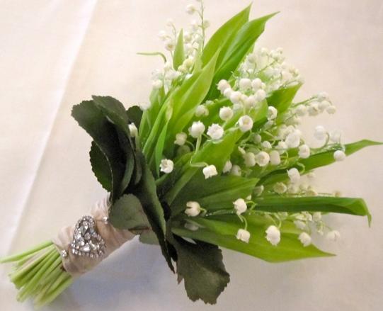 однотонный свадебный букет ландыши