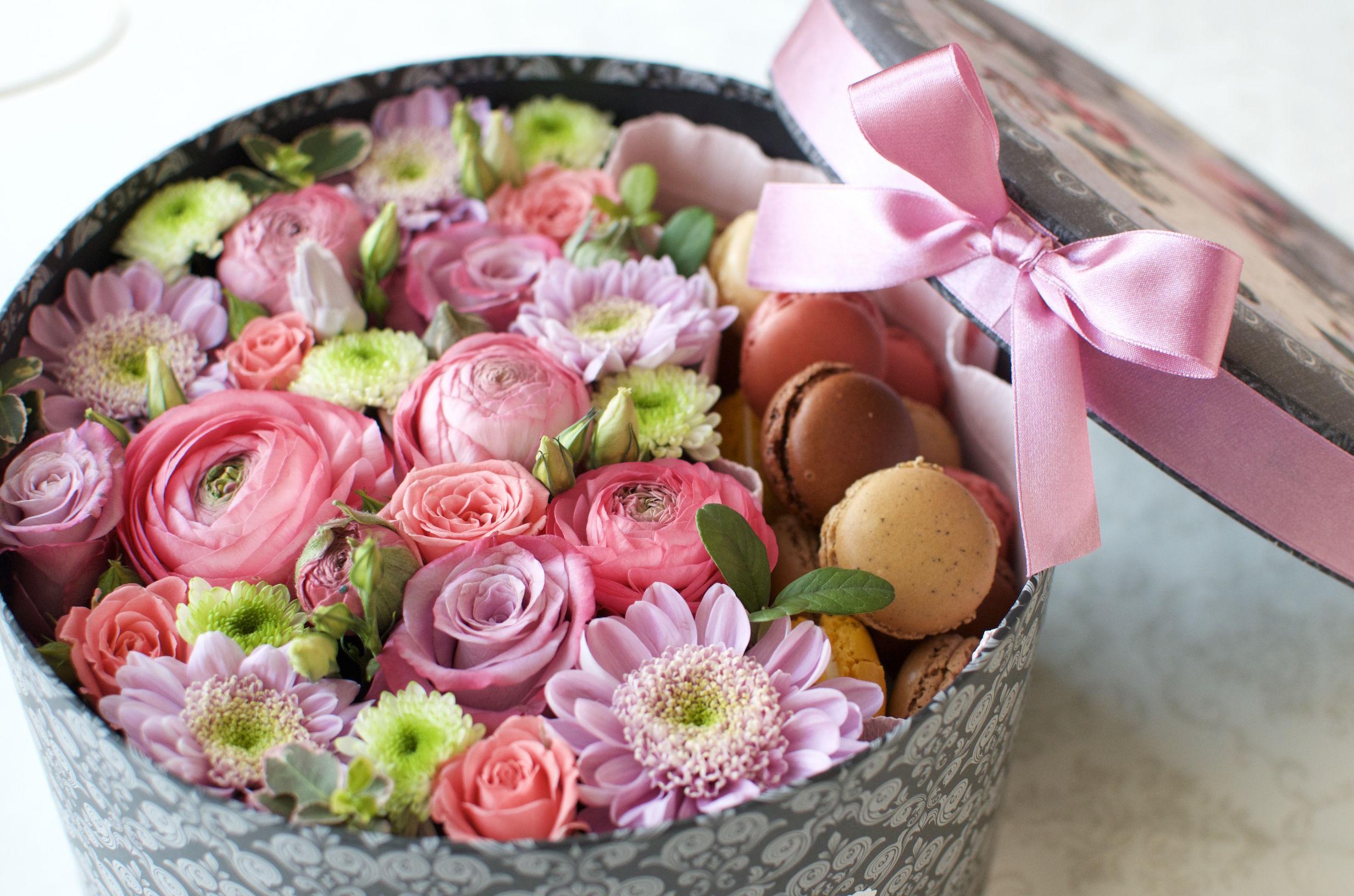 маракуны и цветы в коробке