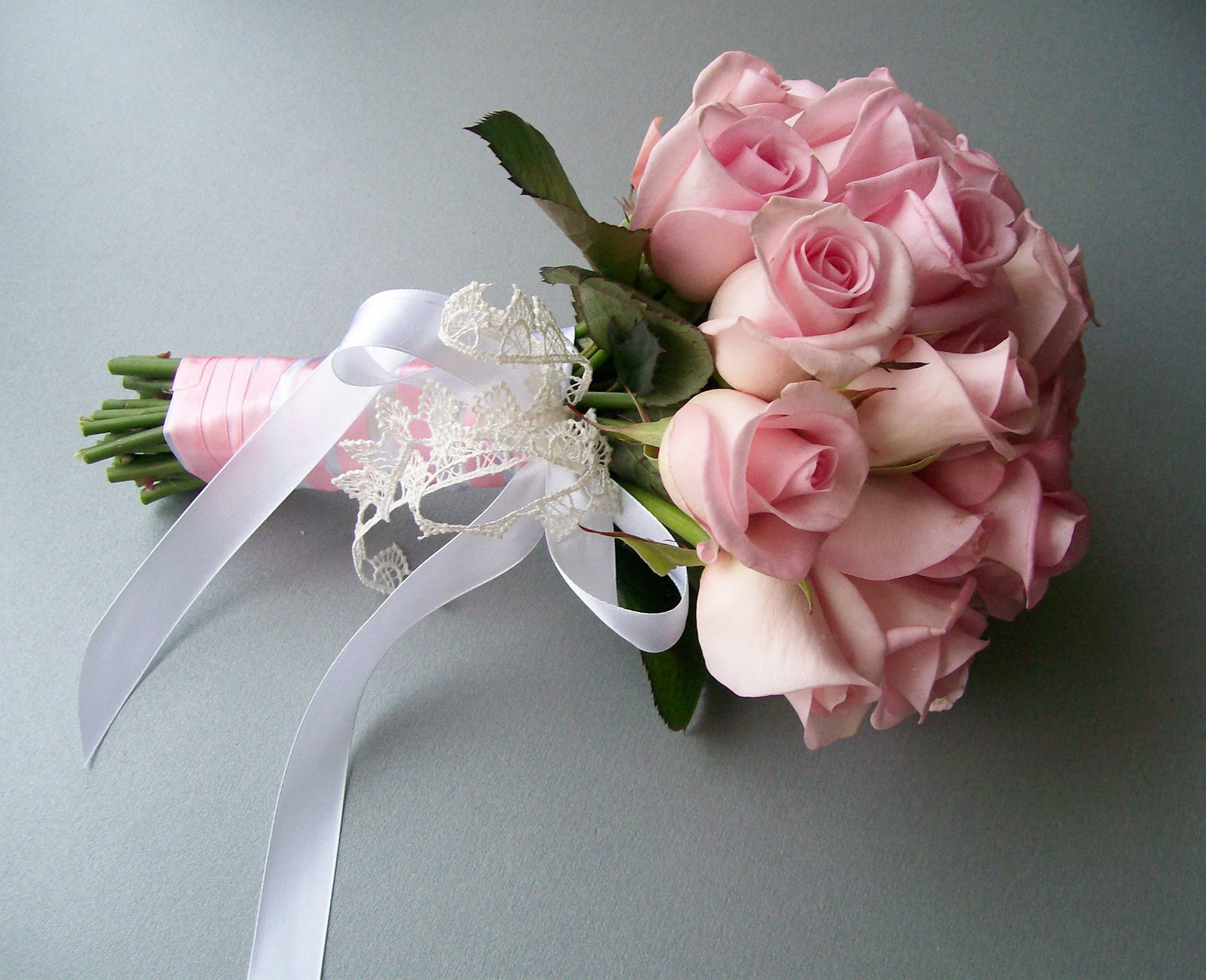 svadebnie-buketi-iz-malenkih-rozovih-rozochek-dostavka-podarkov-odessa-skorohodov
